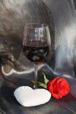Το ειδύλλιο, καρδιά, αυξήθηκε και κόκκινο κρασί Εικόνα αγάπης Στοκ Εικόνες