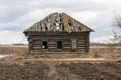 Το εκατονταετές ξύλινο σπίτι επέζησε των ιδιοκτητών τους Στοκ Φωτογραφία