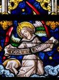 Το λεκιασμένο γυαλί - άγγελος και προσεύχεται και λειτουργεί Στοκ Φωτογραφία