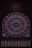 Το λεκιασμένο γυαλί αυξήθηκε παράθυρο μέσα στον καθεδρικό ναό της Notre Dame Στοκ Εικόνες