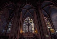Το λεκιασμένο παράθυρο γυαλιού μέσα στον καθεδρικό ναό της Notre Dame Στοκ Φωτογραφίες
