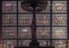 Το λεκιασμένο παράθυρο γυαλιού μέσα στον καθεδρικό ναό της Notre Dame Στοκ εικόνα με δικαίωμα ελεύθερης χρήσης