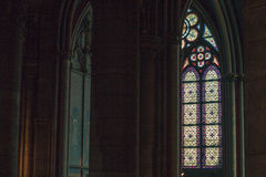 Το λεκιασμένο παράθυρο γυαλιού μέσα στον καθεδρικό ναό της Notre Dame Στοκ φωτογραφία με δικαίωμα ελεύθερης χρήσης