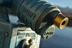 Το εκλεκτής ποιότητας νόμισμα λειτούργησε τις οδηγίες τηλεσκοπίων που πετάχτηκαν στο μέταλλο Στοκ εικόνα με δικαίωμα ελεύθερης χρήσης