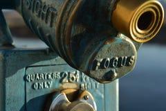 Το εκλεκτής ποιότητας νόμισμα λειτούργησε τις οδηγίες τηλεσκοπίων που πετάχτηκαν στο μέταλλο Στοκ εικόνες με δικαίωμα ελεύθερης χρήσης