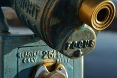 Το εκλεκτής ποιότητας νόμισμα λειτούργησε τις οδηγίες τηλεσκοπίων που πετάχτηκαν στο μέταλλο Στοκ Εικόνα