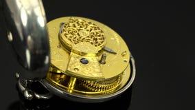 Το εκλεκτής ποιότητας ρολόι τσεπών περιστρέφεται και κλασικός πίνακας κλείστε επάνω Μαύρη ανασκόπηση ήχος φιλμ μικρού μήκους