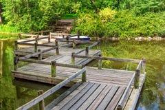 Το εκλεκτής ποιότητας τρέκλισμα διαμόρφωσε την ξύλινη γέφυρα Στοκ φωτογραφία με δικαίωμα ελεύθερης χρήσης