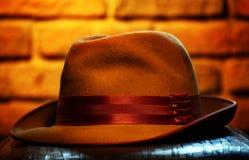 Το εκλεκτής ποιότητας φθινόπωρο επανδρώνει το στούντιο καπέλων στοκ φωτογραφίες