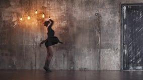 Το εκπαιδευμένο κορίτσι χορευτών στροβιλίζεται σε έναν δραματικό χορό σε μια σκοτεινή γοτθική αίθουσα απόθεμα βίντεο