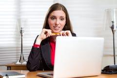 Το εκτελεστικό κορίτσι φαίνεται ταραγμένο στην εργασία Στοκ Εικόνες