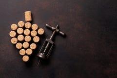 Το εκλεκτής ποιότητας ανοιχτήρι και το κρασί βουλώνουν Στοκ φωτογραφία με δικαίωμα ελεύθερης χρήσης