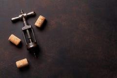 Το εκλεκτής ποιότητας ανοιχτήρι και το κρασί βουλώνουν Στοκ Εικόνα
