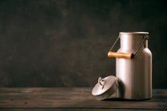 Το εκλεκτής ποιότητας γάλα μετάλλων μπορεί με το καπάκι στοκ εικόνες