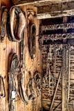 Εκλεκτής ποιότητας εργαλείο λουριών αλόγων σχεδίων στο παλαιό δωμάτιο καρφιών Στοκ Φωτογραφίες