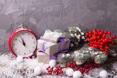 Το εκλεκτής ποιότητας κόκκινο ρολόι, κιβώτια με παρουσιάζει, διακλαδίζεται δέντρο γουνών και Στοκ Εικόνα