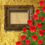 Το εκλεκτής ποιότητας ξύλινο πλαίσιο με το κόκκινο αυξήθηκε και πράσινα φύλλα Στοκ φωτογραφία με δικαίωμα ελεύθερης χρήσης