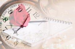 Το εκλεκτής ποιότητας ρολόι εξασθενίζει στο κόκκινο αυξήθηκε, ημερολόγιο και αριθμός στην ημερολογιακή ΤΣΕ Στοκ Φωτογραφίες
