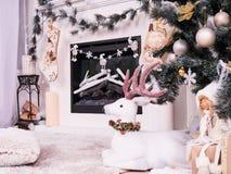 Το ελάφι Χριστουγέννων κάτω από το νέο δέντρο έτους με τα δώρα, παρουσιάζει Γυναικεία κάλτσα Χριστουγέννων πέρα από το ντεκόρ εστ στοκ φωτογραφίες με δικαίωμα ελεύθερης χρήσης