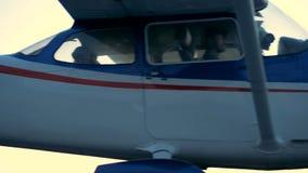 Το ελαφρύ ιδιωτικό αεροπλάνο πηγαίνει σε έναν ειδικό διάδρομο Μικρό προσανατολισμένο προς τον προωστήρα αεροπλάνο σε έναν αερολιμ απόθεμα βίντεο