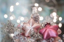 το ελαφρύ υπόβαθρο γιρλαντών ντεκόρ Χριστουγέννων bokeh λάμπει στοκ φωτογραφίες με δικαίωμα ελεύθερης χρήσης