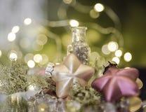το ελαφρύ υπόβαθρο γιρλαντών ντεκόρ Χριστουγέννων bokeh λάμπει ακτινοβολεί αντανάκλαση στοκ φωτογραφίες με δικαίωμα ελεύθερης χρήσης