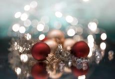 το ελαφρύ υπόβαθρο σφαιρών γιρλαντών ντεκόρ Χριστουγέννων bokeh ακτινοβολεί μακροεντολή στοκ φωτογραφία με δικαίωμα ελεύθερης χρήσης