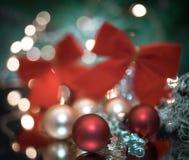 το ελαφρύ υπόβαθρο σφαιρών γιρλαντών ντεκόρ Χριστουγέννων bokeh ακτινοβολεί μακροεντολή λάμπει στοκ φωτογραφίες