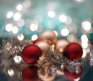 το ελαφρύ υπόβαθρο σφαιρών γιρλαντών ντεκόρ Χριστουγέννων bokeh ακτινοβολεί μακροεντολή στοκ εικόνες