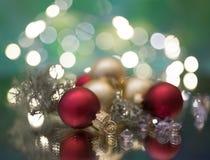 το ελαφρύ υπόβαθρο σφαιρών γιρλαντών ντεκόρ Χριστουγέννων bokeh ακτινοβολεί μακροεντολή στοκ φωτογραφία