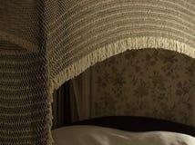 Το ελεφαντόδοντο, άσπρος πλεγμένος παλαιός θόλος 1800s πέρα από το εκλεκτής ποιότητας κρεβάτι, ρομαντικό ντεκόρ επεξηγεί την κομψ στοκ φωτογραφία με δικαίωμα ελεύθερης χρήσης
