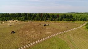 Το ελικόπτερο έφθασε στον πράσινο τομέα Ελικόπτερο που προσγειώνεται στην κίτρινη χλόη, νεφελώδης ημέρα Πετώντας κηφήνας και πράσ απόθεμα βίντεο