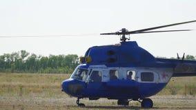 Το ελικόπτερο είναι στο έδαφος απόθεμα βίντεο