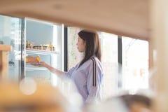 Το ελκυστικό ασιατικό θηλυκό άνοιγμα και επιλέγει το κέικ από το ψυγείο στην υπεραγορά, γυναίκα που ψάχνει το κέικ γενεθλίων στοκ φωτογραφία με δικαίωμα ελεύθερης χρήσης