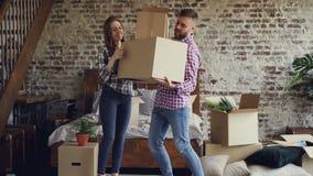 Το ελκυστικό ζεύγος κινεί τα κιβώτια στην κρεβατοκάμαρα στο νέο σπίτι τους, ο τύπος φέρνει τα πράγματα ενώ η φίλη του βοηθά απόθεμα βίντεο