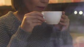 Το ελκυστικό θηλυκό τσάι κατανάλωσης, που στηρίζεται στην καφετέρια, σπάσιμο εργασίας, αστικό χαλαρώνει φιλμ μικρού μήκους