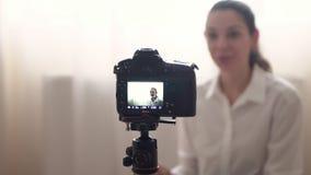 Το ελκυστικό καυκάσιο διάσημο blogger γυναικών καταγράφει το βίντεο για το σε απευθείας σύνδεση vlog της χρησιμοποιώντας το σπίτι απόθεμα βίντεο