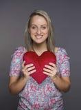 το ελκυστικό κορίτσι δίνει την καρδιά καλή Στοκ Φωτογραφίες