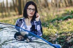 το ελκυστικό κορίτσι οδηγών κοιτάζει από τη ανοιχτή πόρτα του αυτοκινήτου και της ομιλίας Στοκ εικόνα με δικαίωμα ελεύθερης χρήσης
