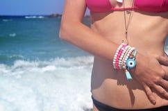Το ελληνικό πρότυπο διαφημίζει το κόσμημα στην παραλία στοκ εικόνα