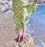 Το ελληνικό πρότυπο διαφημίζει τα Βοημίας σανδάλια και τα ενδύματα στην παραλία στοκ εικόνες