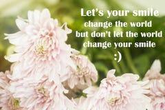 Το εμπνευσμένο απόσπασμα ` άφησε ` s η αλλαγή χαμόγελού σας ο κόσμος, αλλά φορά ` τ άφησε τον κόσμο να αλλάξει το χαμόγελό σας ` στοκ εικόνες