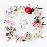 Το εμπνευσμένο απόσπασμα ` κάνει τα μικρά πράγματα με τη μεγάλη αγάπη ` που γράφεται στο ύφος καλλιγραφίας σε χαρτί με τα ρόδινα, στοκ φωτογραφία με δικαίωμα ελεύθερης χρήσης
