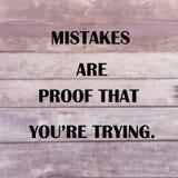 """Το εμπνευσμένο απόσπασμα """"mistakes είναι απόδειξη που you're προσπαθώντας στοκ εικόνες"""