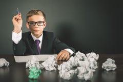 Το εμπνευσμένο σχολικό αγόρι έχει μια μεγάλη ιδέα! Στοκ φωτογραφίες με δικαίωμα ελεύθερης χρήσης