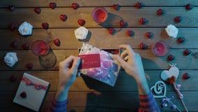 Το ενήλικο άτομο βάζει την πιστωτική κάρτα στο κιβώτιο δώρων όπως παρούσα, τοπ άποψη απόθεμα βίντεο