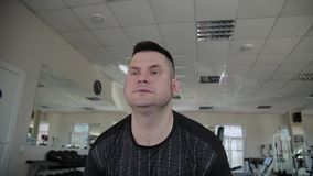 Το ενήλικο άτομο με το υπερβολικό βάρος αποδίδει deadlift στη γυμναστική απόθεμα βίντεο