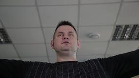 Το ενήλικο άτομο με το υπερβολικό βάρος εκτελεί την αναπαραγωγή με τους αλτήρες απόθεμα βίντεο