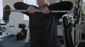 Το ενήλικο άτομο με το υπερβολικό βάρος εκτελεί την ανύψωση του φραγμού στο πηγούνι απόθεμα βίντεο