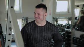 Το ενήλικο άτομο χαίρεται και κινείται σε έναν ρυθμό της μουσικής στη γυμναστική φιλμ μικρού μήκους